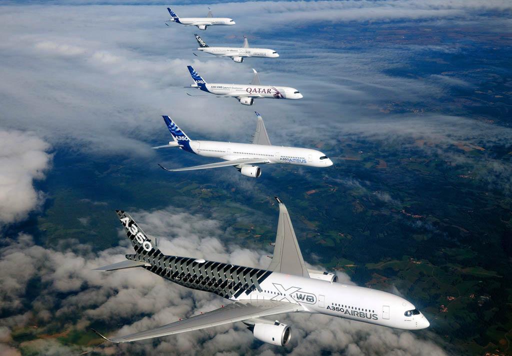 Formación en vuelo de cinco A350.