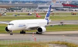 El primer Airbus A350 rodando por sus propios medios  en el aeropuerto de Toulouse (Foto Gorkano FR).