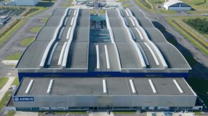 El edificio que alberga la cadena de producción del Airbus A380 visto desde el norte.