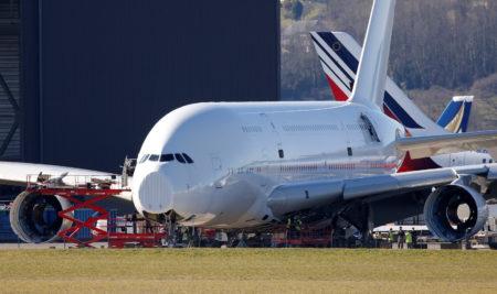El A380 msn003 al inicio de los trabajos, ya sin motores, durante la retirada de los elementos de cabina.