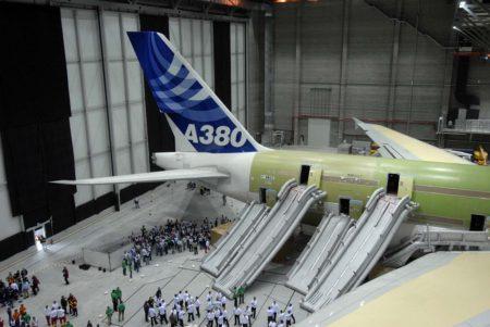 El A380 en el hangar de Hamburgo tras la prueba de evacuación.