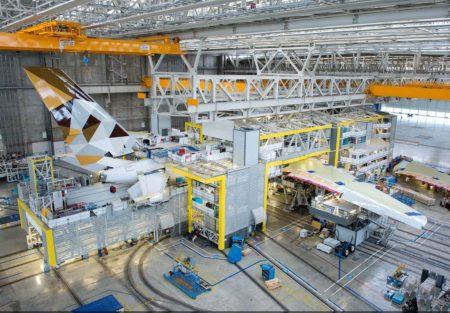 La factoría Jean-Luc Lagardere se divide en espacios de oficinas, una sección donde se reciben las piezas que forman el avión y donde se lleva a cabo el ensamblaje estructural, y dos naves para el resto de los trabajos.