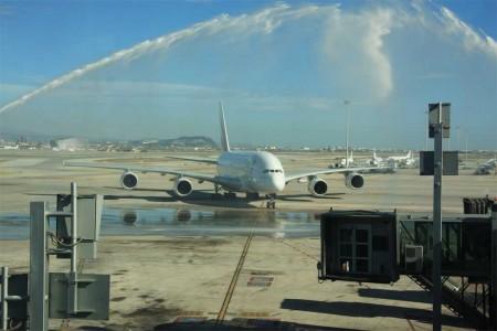Crédito: Carlos Navarro. El A380 de Emirates recibido en El Prat con un arco de agua