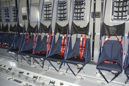 En cada pared de la bodega hay 27 asientos que se pueden plegar, y al centro de la bodega se pueden instalar dos filas más con un total de otros 62 asientos idénticos a estos.