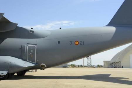 Airbus sigue trabajando en el desarrollo de capacidades militares del A400M. Una de ellas es la del salto de paracaidistas por las dos puertas laterales a un tiempo.