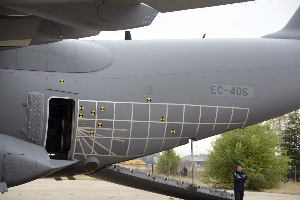 El CLAEX está involucrado en la certificación y aceptación del A400M para el Ejército del Aire. En la exposición estática de aeronaves estaba el EC-406, usado en la certificación del salto por las puertas laterales y el lanzamiento de cargas por la rampa, de ahí las marcas en la parte trasera del fuselaje.