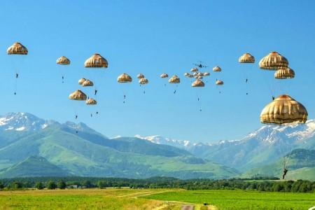 Salto de 30 paracaidistas desde el A400M en Tarbes.