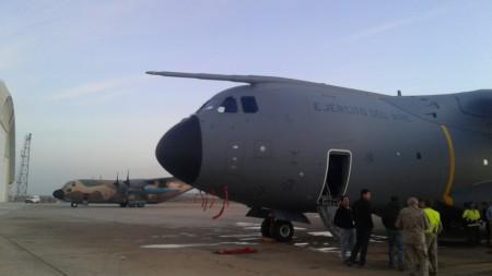 El A400M ya en la plataforma de Zaragoza.