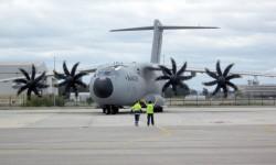El A400M con los pods de reabastecimiento en vuelo.