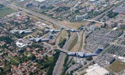 Una imagen espectacular, los cinco A400M volando sobre Toulouse