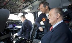 S.M. el Rey ha despegado en uno de los asientos auxiliares de la cabina del A400M Grizzly.