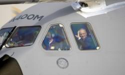 Domingo Ureña, presidente de Airbus Military saluda al final del vuelo.