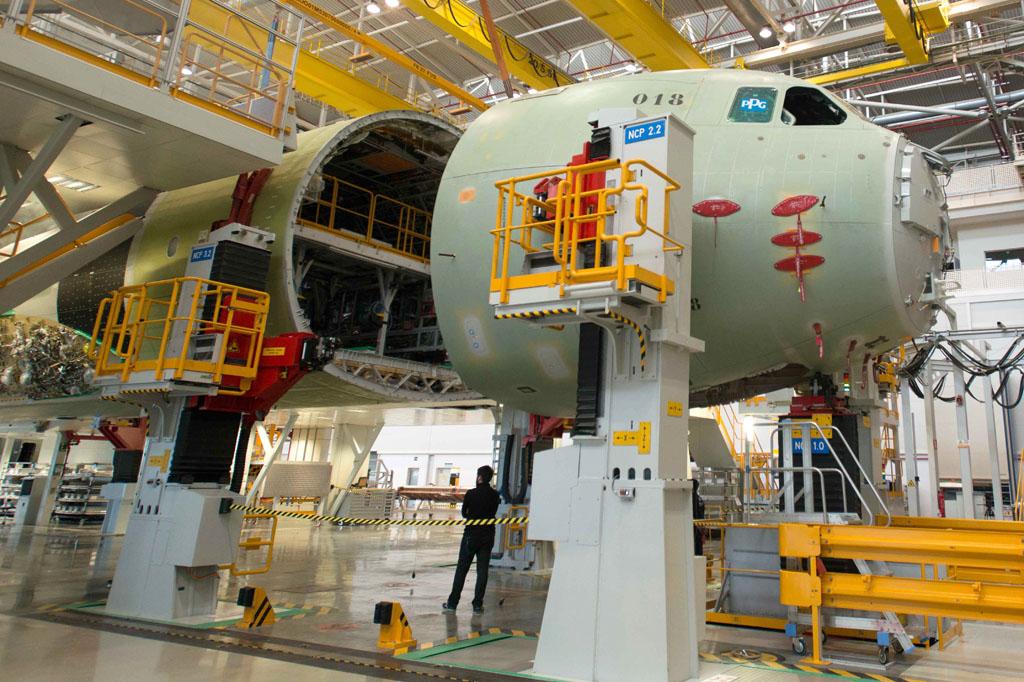 El morro y sección delantera del fuselaje del primer A400M alemán en la FAL de Sevilla.