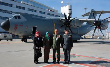 De izquierda a derecha, Rothiah binti Haji Omar, secretaria adjunta del ministerio de Finanzas de Malasia; Nozirah binti Bahari secretaria adjunta del ministerio de Defensa de Malasia, General Zulkifeli jefe de la Fuerza de Defensa de Malasia, y general Roslan Bin Saad, jefe de la Fuerza Aérea de Malasia.