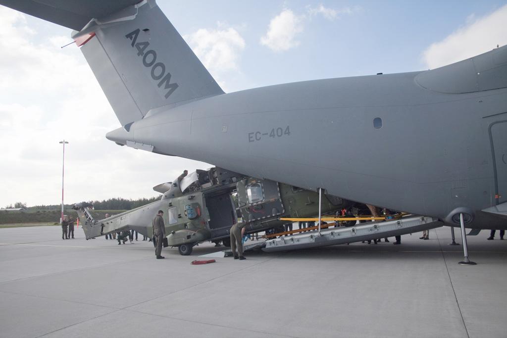Carga de un NH90 en el A400M