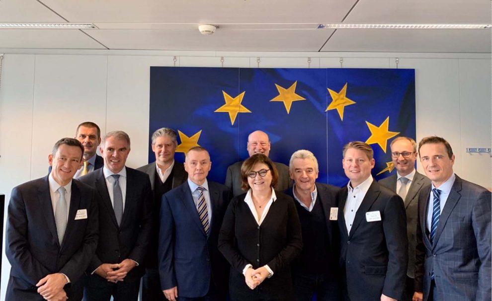 La comisaria de transporte de la Unión Europea, Adina-Iona Vălean, con los directivos de las aerolíneas representadas en A4E.