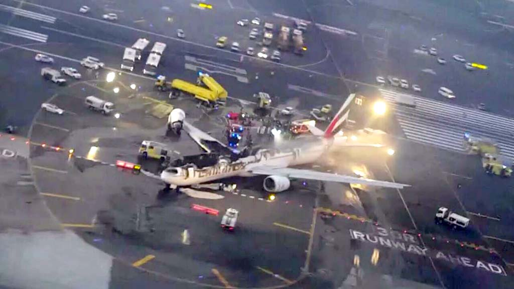 Estado final del Boeing 777 de Emirates tras el accidente e incendio.