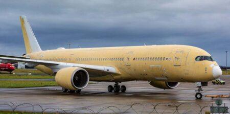 El Airbus A350 A7-ALL de Qatar Airways en Shannon tras detectarse el problema en el fuselaje al retirar la pintura.