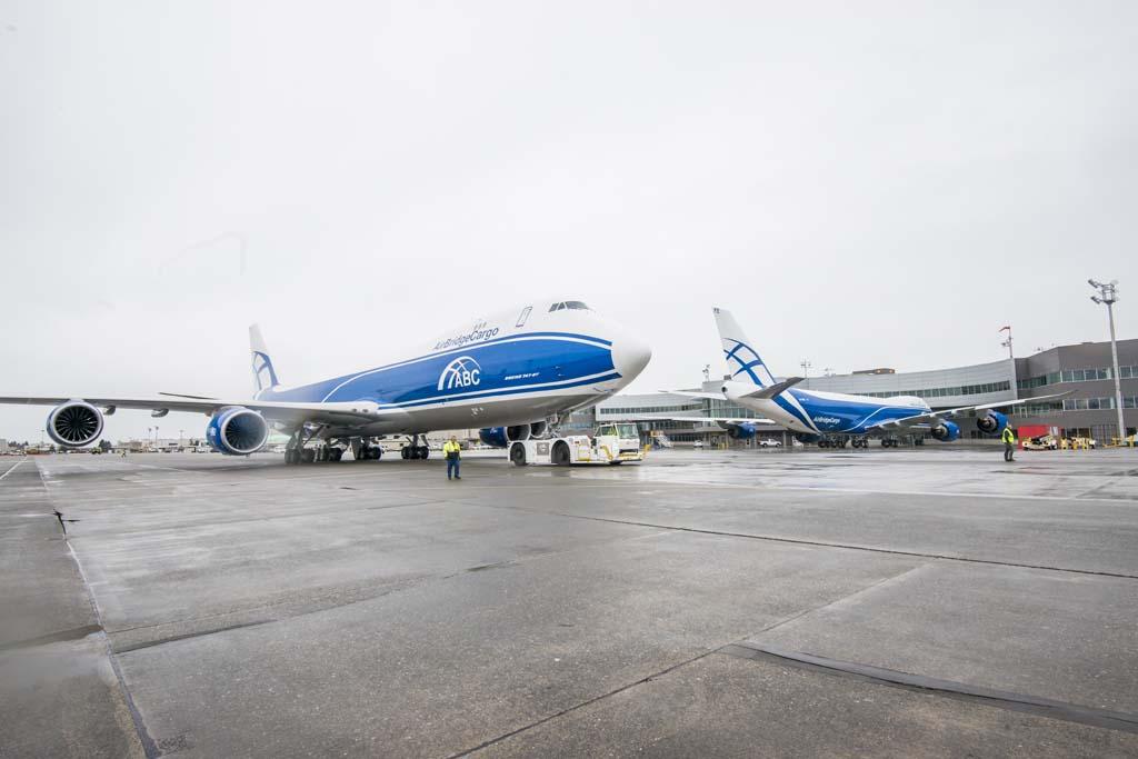 Los dos nuevos Boeing 747-8F de Air Bridge Cargo en el centro de entregas de Boeing antes de iniciar sus vuelos de entrega.