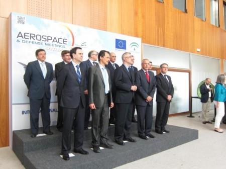 El consejerode Economía  de la Juntade Andalucia posa  con los asistentes a la primera mesa redonda de ADM 2012.
