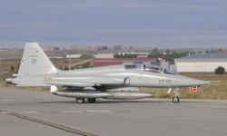 Saludo de los dos pilotos de este F-5