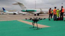 El dron usado para la inspección del campo de vuelos del aeropuerto de Sevilla listo para su vuelo.