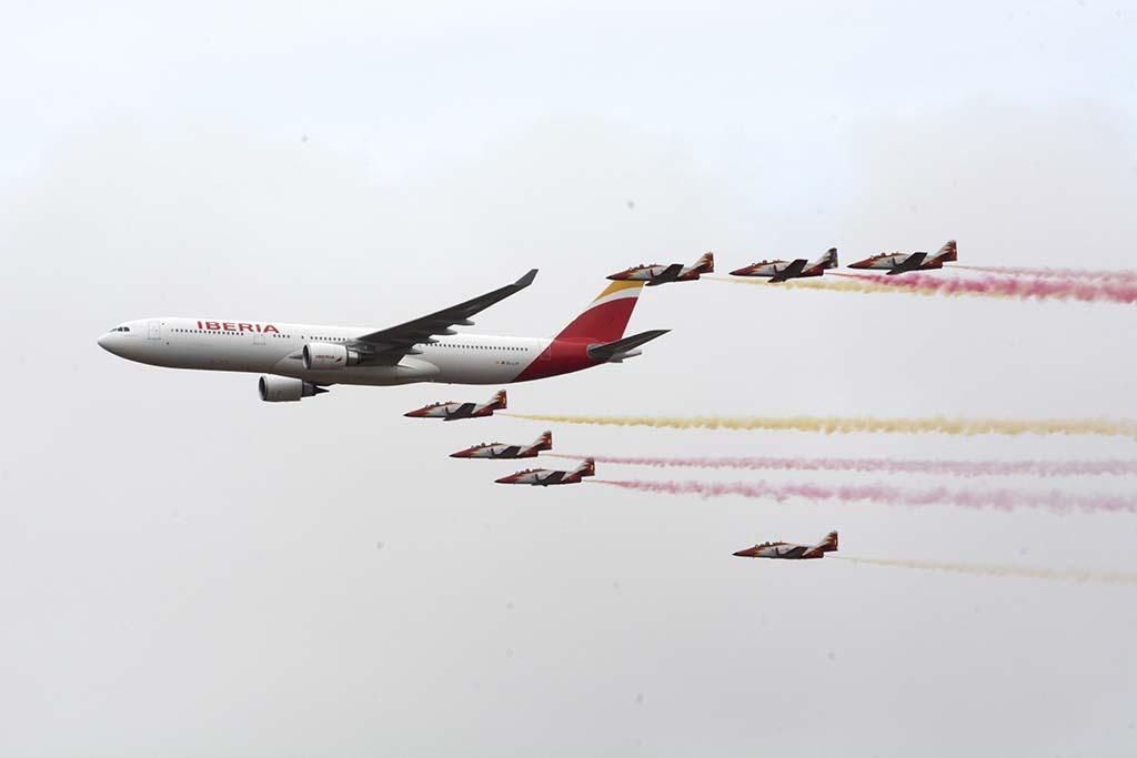 Iberia y la Patrulla Águila han colaborado en varias ocasiones con vuelos en formación entre ambas.