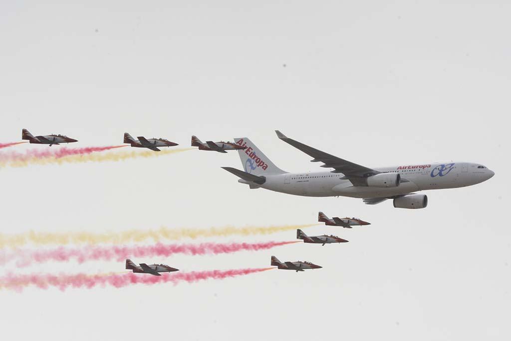 Águila ha volado en numerosas ocasiones en formación con aviones comerciales. Esta imagen con un Airbus A330 de Air Europa es del festival aéreo Aire 75 en Torrejón.