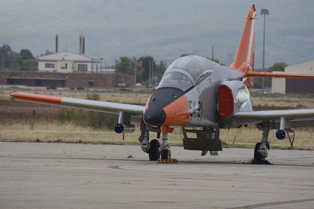 Uno de los C-01 asignado al CLAEX con lanzacohetes bajo sus alas.