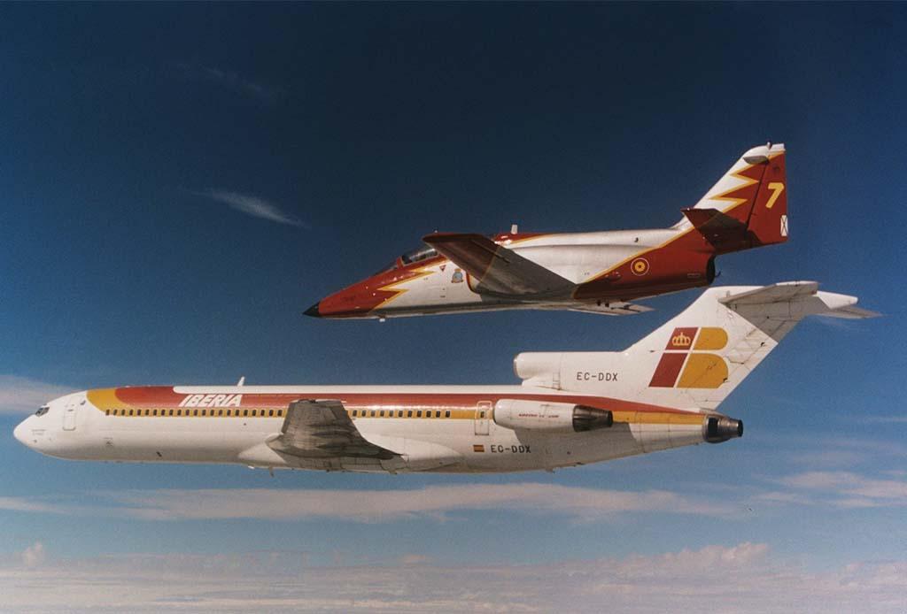 El 3 de octubre de 2001 Iberia decía adiós oficialmente al Boeing 727 con un vuelo en el que la Patrulla Águila con sus C-101 acompañaron al avión.