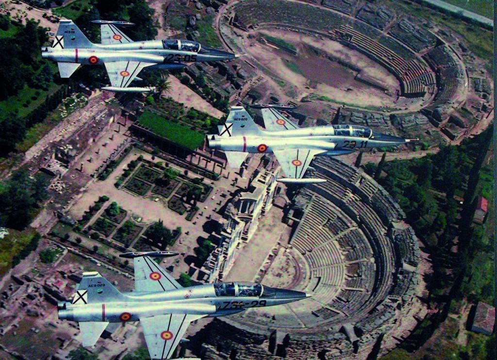 Tres de los F-5B de la base de Talavera sobre las ruinas romanas de Mérida.
