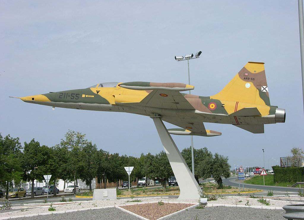 Un importante número de F-5A y RF-5A (como este) han terminado convertidos en monumentos en bases aéreas y varios pueblos españoles.