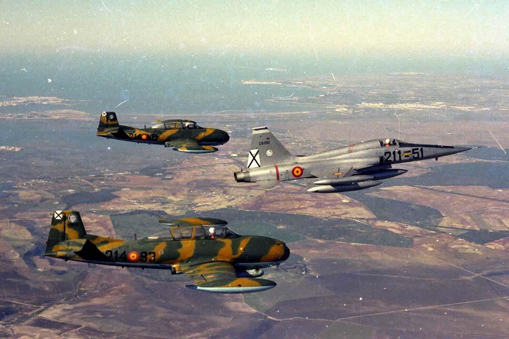 Poco después de su entrega, el C9-51 vuela escoltado por dos HA-220 Super Saeta del 214 Escuadrón.