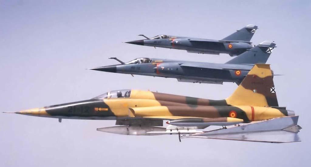 Uno de los F-5A del Ala 21 acompañado por dos Mirage F.1 del Ala 46. Se puede apreciar el gran tamaño del dardo para prácticas de tiro aire-aire que porta el F-5.