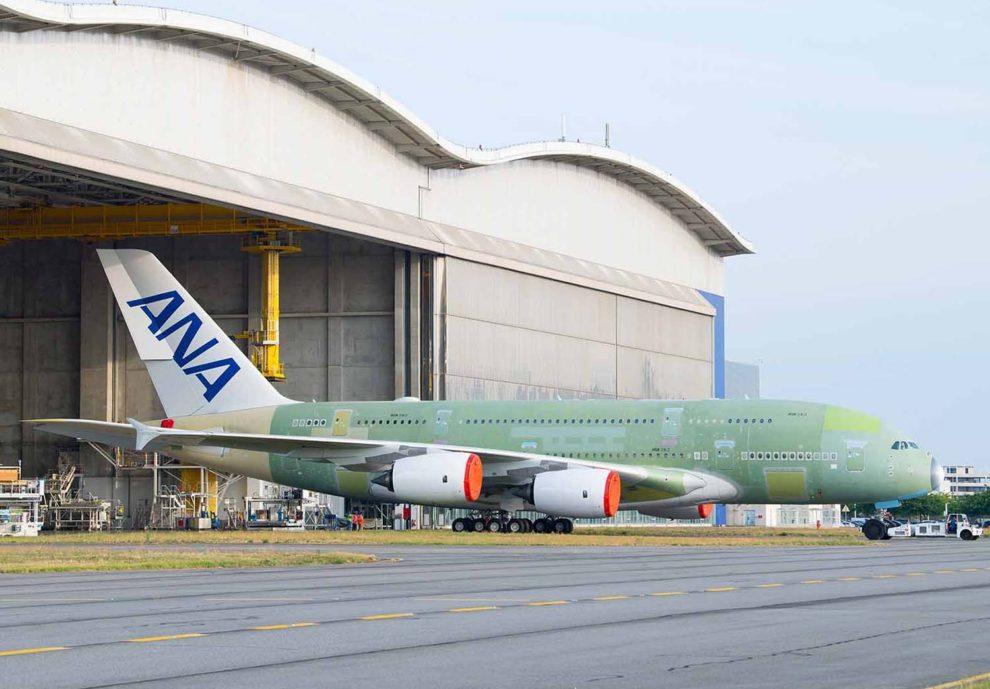 El primero de los Airbus A380 de ANA a las puertas del hangar de montaje en Toulouse.