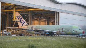Salida del primer Airbus A380 de ANA del hangar de montaje en Toulouse.