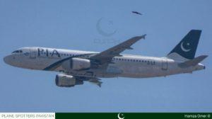 Fotografía de un spotter de karachi que muestra al avión accidentado con la RAT desplegada y las supuestas marcas de impacto en los motores.