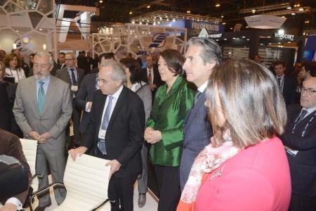 Iñigo de la Serna, ministro de Fomento y Violeta Bluc (de verde), comisaria de Transportes de la Unión Europea han inaugurado el World ATM Congress y visitado algunos de los stands.