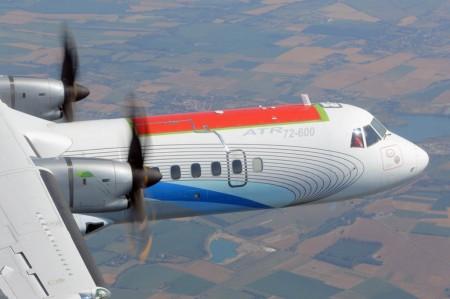 El prototipo del ATR 72-600 durante el primer vuelo de pruebas con el panel de material compuesto (en rojo) con el que han sustituido uno de los originales de aluminio.