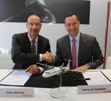 Firma del acuerdo entre Elbit y ATR a cargo de Yoram Shmuely, vice presidente ejecutivo y director general de la división aeroespacial de Elbit y Patrick de Castelbajac, presidente de ATR