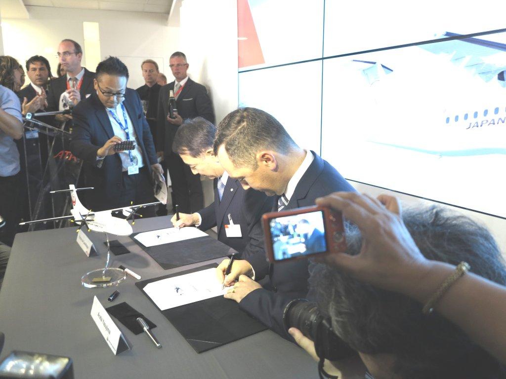 Los presidentes de ATR y Japan Air Commuter durante la firma del contrato entre ambas empresas en el salón de Le Bourget.