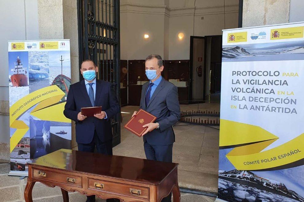 Los ya ex ministros Ábalos y Duque en un acto en el Instituto Geográfico Nacional en 2020.