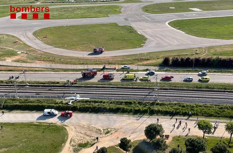 Imagen de los bomberos de Cataluña del Diamond DA-20 EC-MOF de CESDA accidentado en Sabadell.