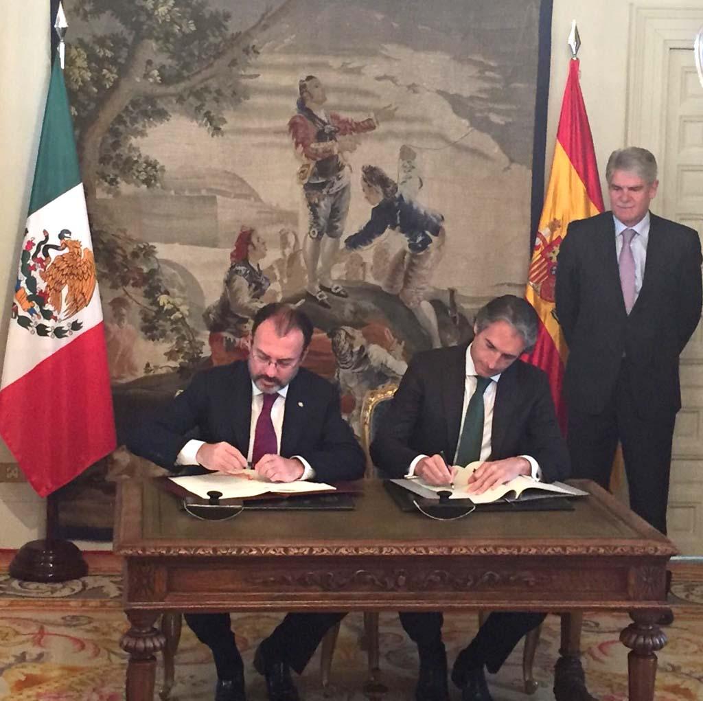 Firma del acuerdo entre España y México por parte del ministro de Fomento, Iñigo de la Serna (izquierda), y el canciller de México, Luis Videgaray (derecha), con el ministro español de Exteriores, Alfonso Dastis, como testigo (de pie).