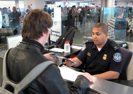 """""""Defender Estados Unidos desde el primer metro"""", así se define la política de instalar los controles de entrada al país en los aeropuertos de salida."""
