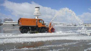 Vehículo para retirada de nieve en el aeropuerto de Vitoria.