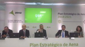 Maurici Lucena, presidente de Aena, al centro, durante la presentación del Plan Estratégico 2018-2021.