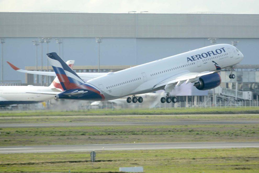 El primer Airbus A350 de Aeroflot despegando para uno de sus últimos vuelos de prueba previos a su entrega.