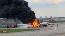 El SSJ100 RA-89098 de Aeroflot en llamas tras su aterrizaje de emergencia en Moscú Sheremetyevo.