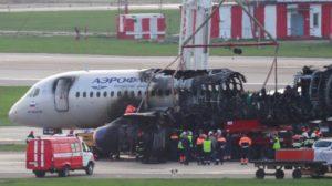 Retirada de los restos del SSJ100 de Aeroflot tras su accidente en el aeropuerto de Sheremetyevo.